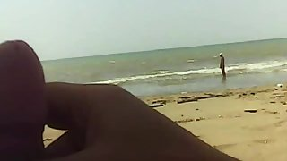 Two exhibitionists masturbate on public beach front people - XVOYEURSEX